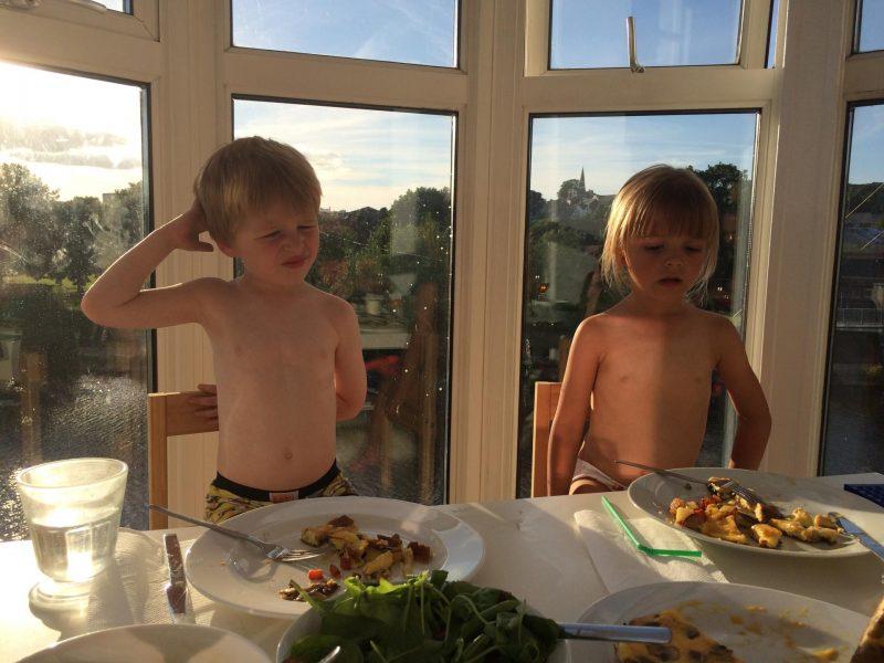 children eating food