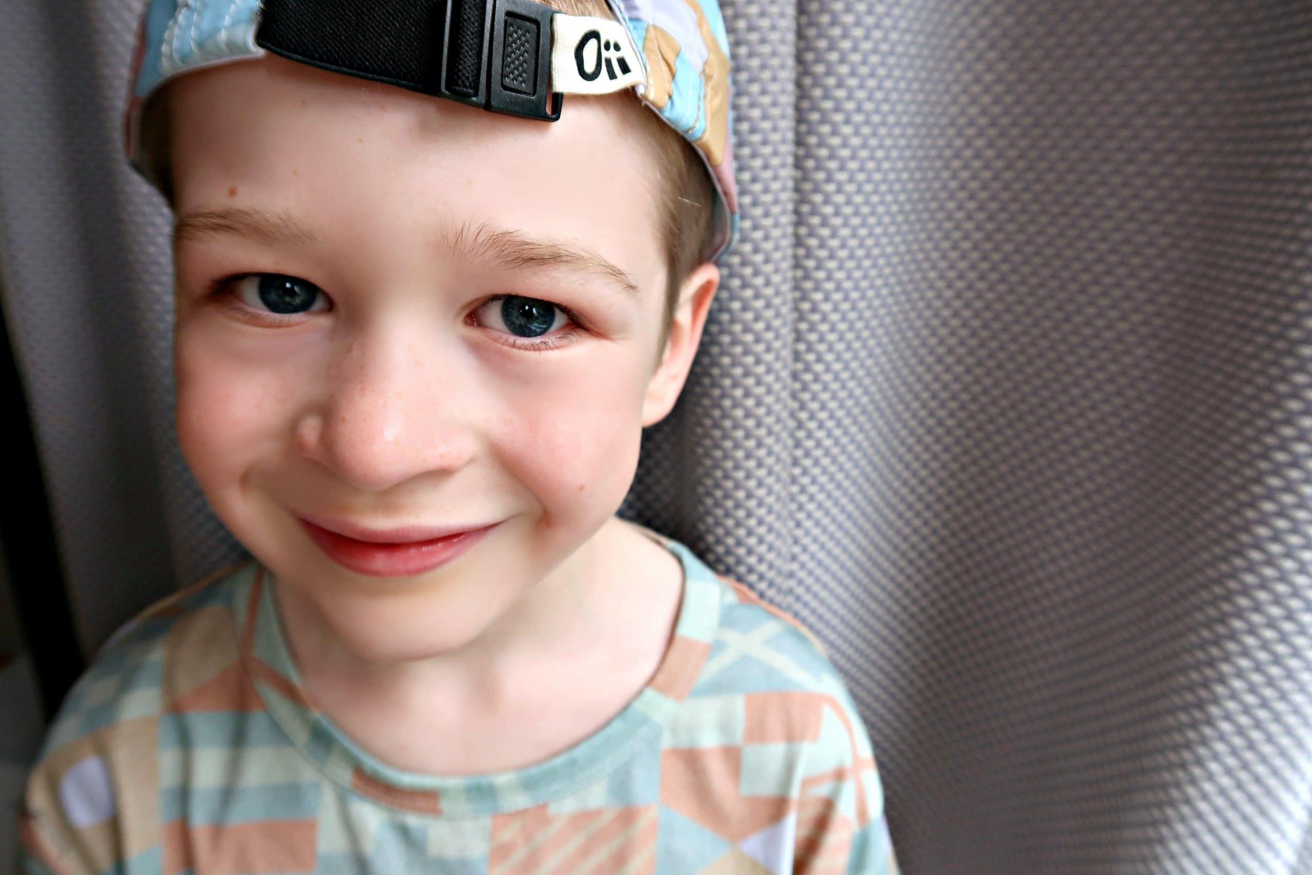 Boy wearing Oii cap backwards.